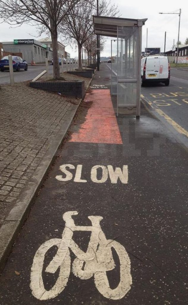 Piste cyclable sur un arrêt de bus